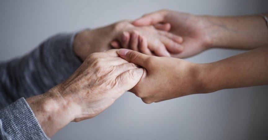 mani-anziana-badante